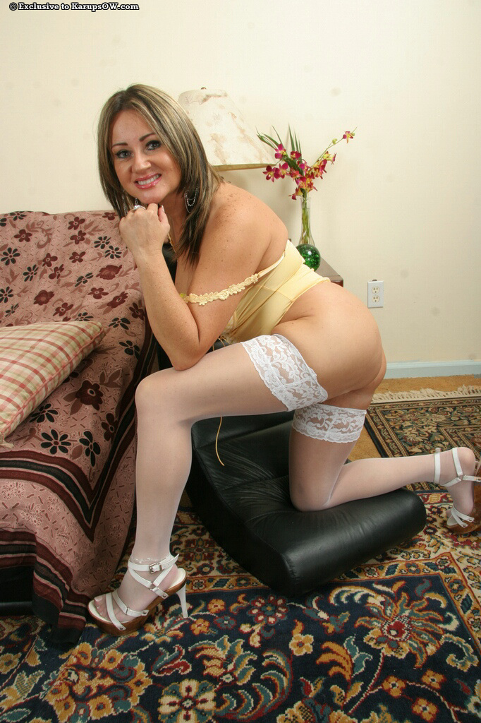 Mature in stockings gets a fingering