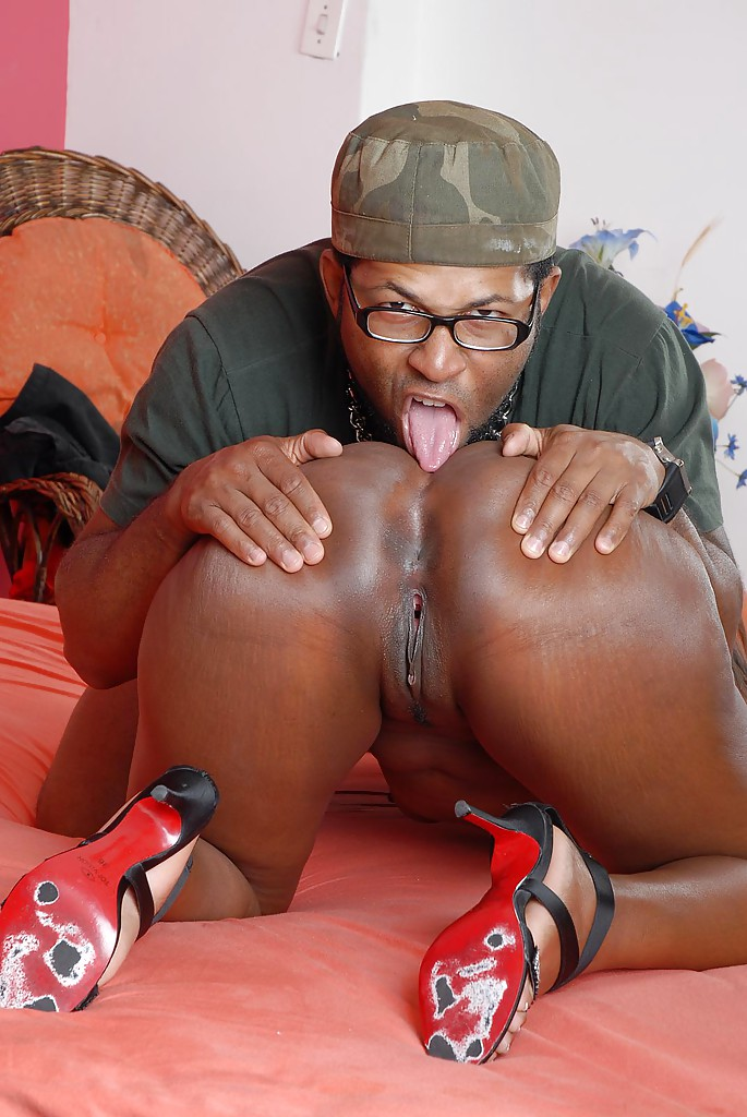 ebony licking ass