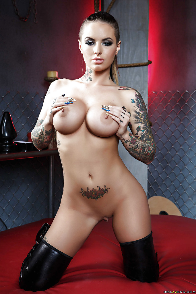 Tattooed knockout with round tits getting rid of her fetish outfit