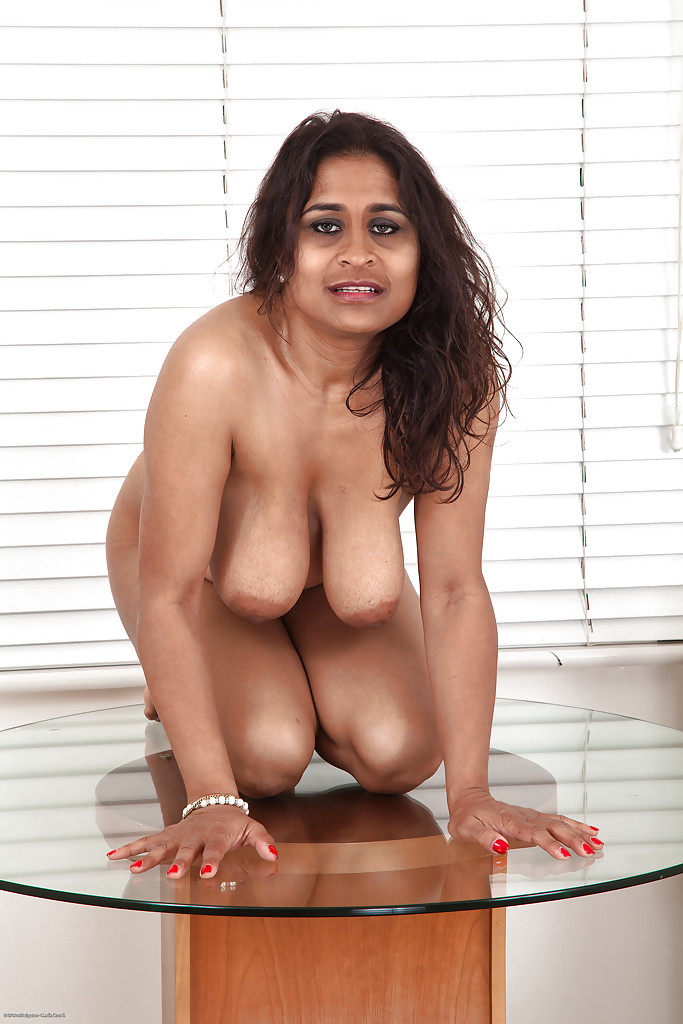 model nude squatting desi