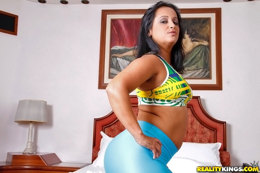 Latina milf huge bubble in tights