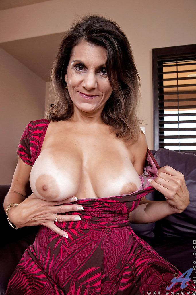 Mature lady with huge tits masturbating