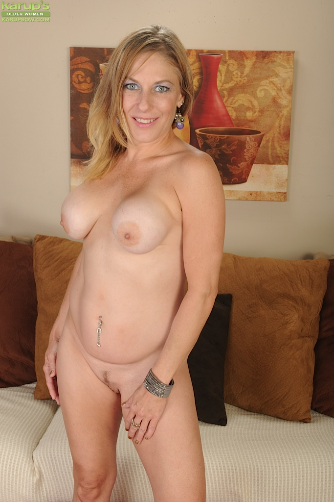 Slim attractive mature mom fucks younger guy