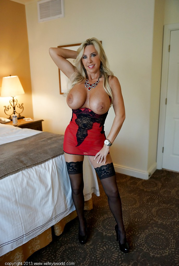 Lingerie mature blonde