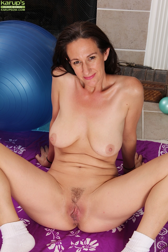 Perfect older woman nude — photo 4