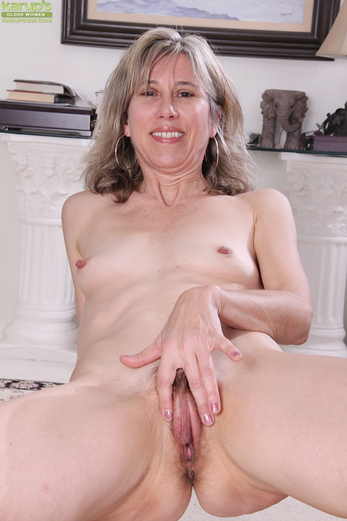 Usual naked mom spreading her legs