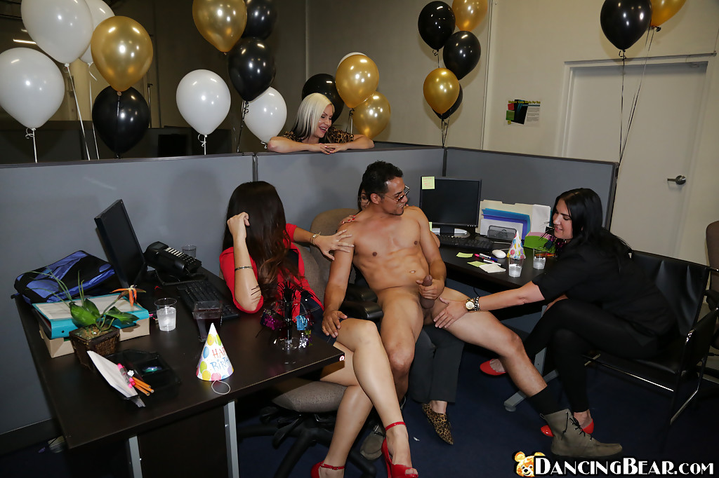 zhena-delaet-goliy-striptiz-video