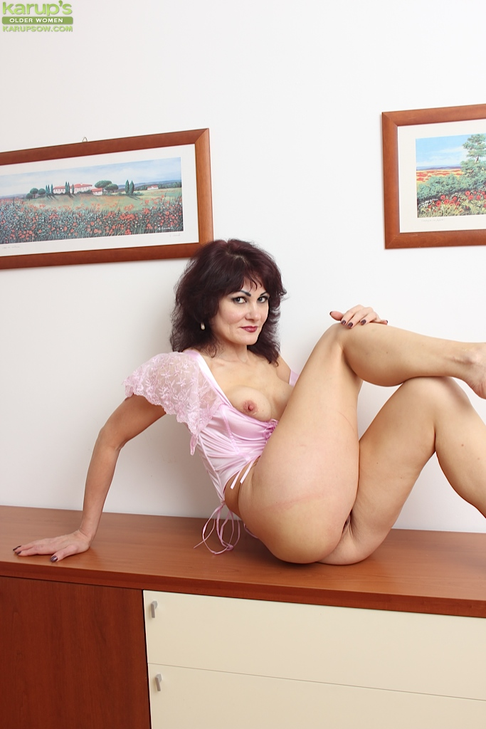 naked women with strong legs
