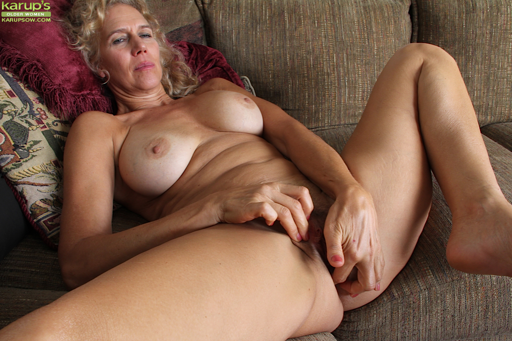 Older woman still masturbate