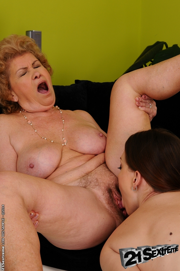 Playing wet gaping bbw pussy