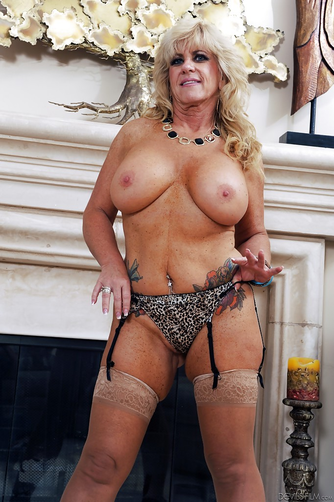Blonde mature Zena Rey shows off her big tits in high heels and stockings - PornPics.com