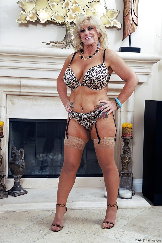 Zena Blonde Rey Shows High In Heels And Lingerie Off Mature srdQCth