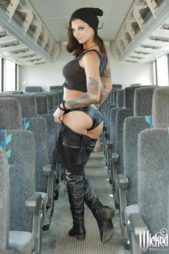 Lace Boots Porn - ... Milf pornstar babe with sexy tattoos Bonnie Rotten poses in boots ...