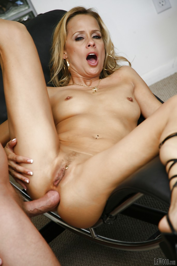 Blonde milf payton leigh has a warm mouth for cock