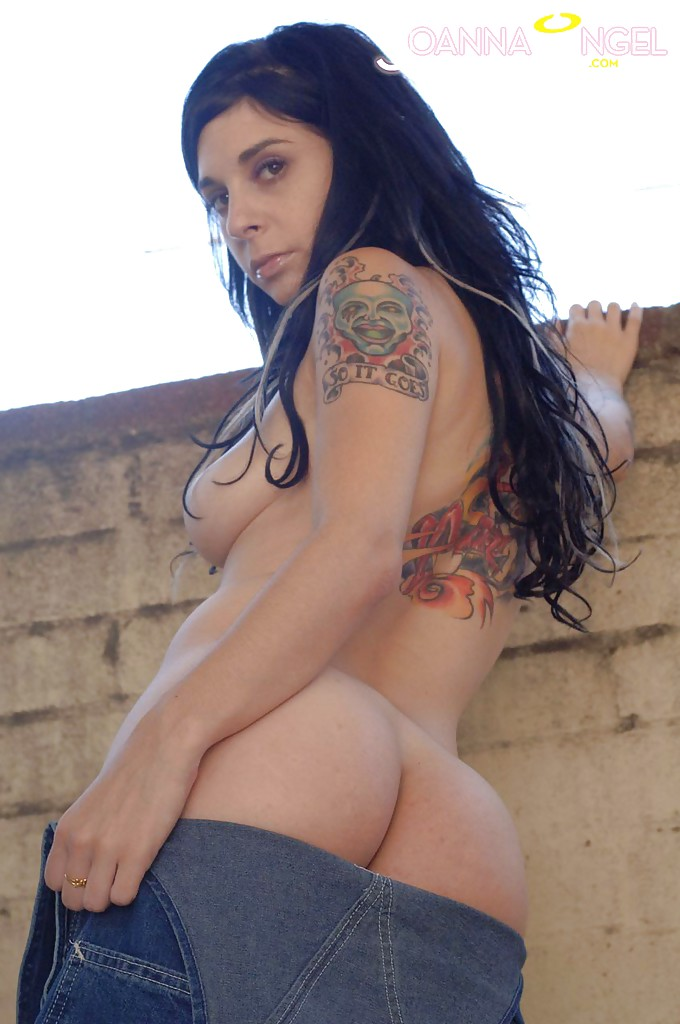 Milf babe Joanna Angel reveals her amateur big tits in a jeans outfit