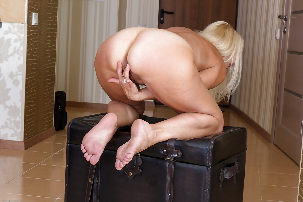 Simply excellent blonde shows her ass off