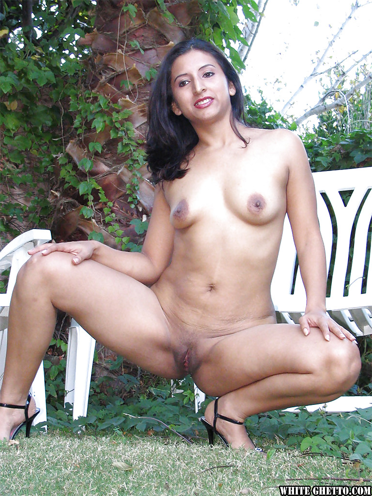 latina angel flirt demonstrates her totally naked shape outdoors
