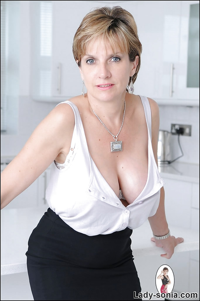 Mature Lady Sonia Definitely Knows How Show Herself In A Sexy Way