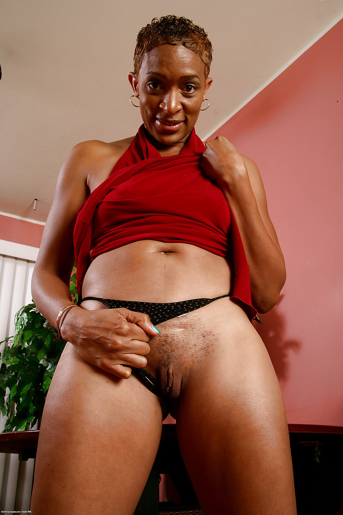 dark skinned donni is touching her lovely sexy pussy on