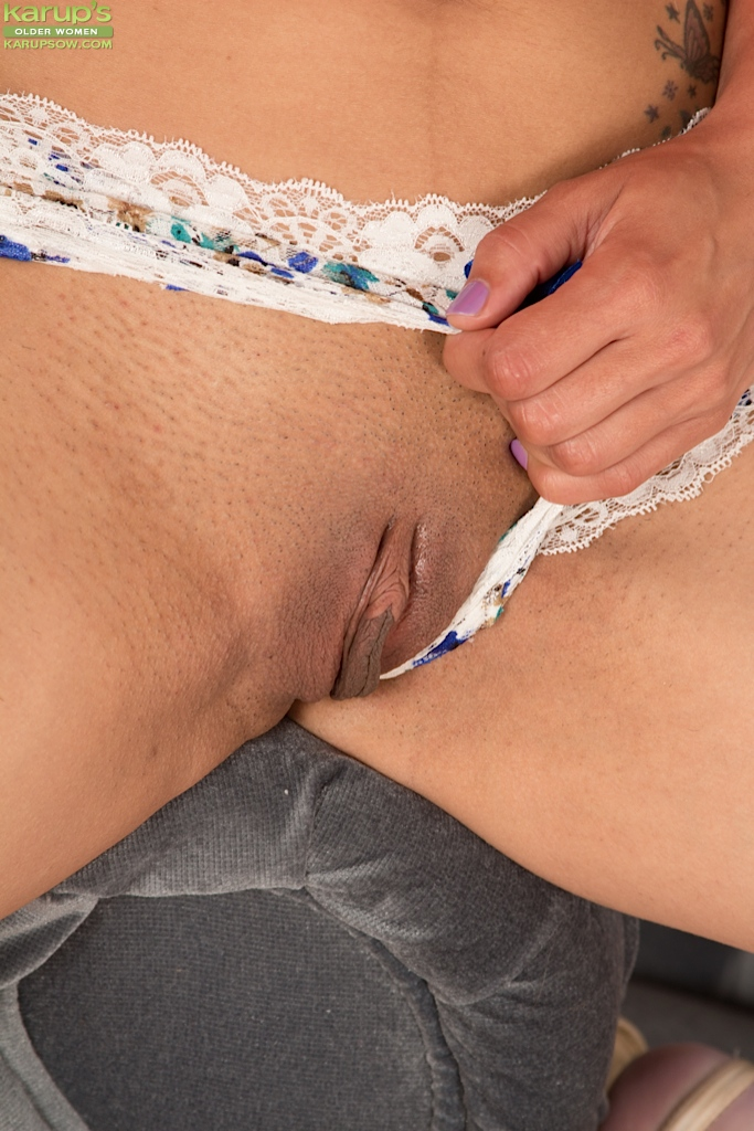 Milf shaved pussy close up