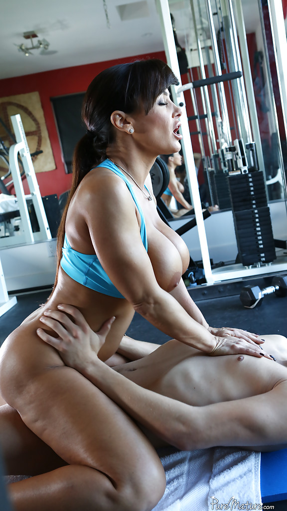 Mature Mom Lisa Ann Was Fucked In The Gym By Her Lovely Trainer