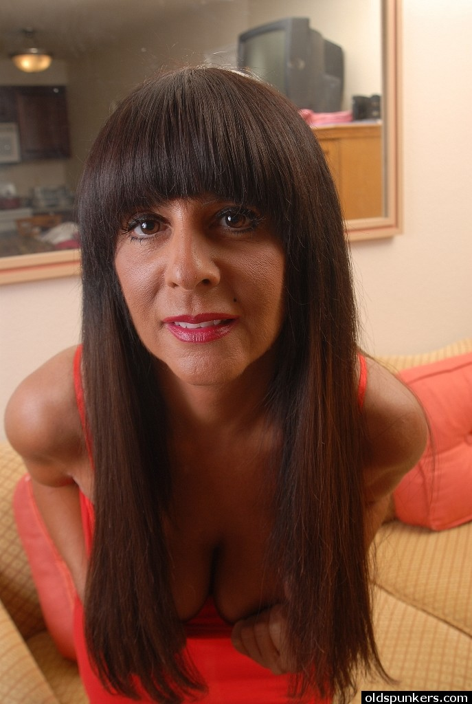 Over 60 mature model pearl shows us her granny body and pier 2