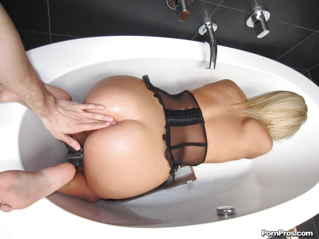 Bathroom anal fuck with rita cardinale 3