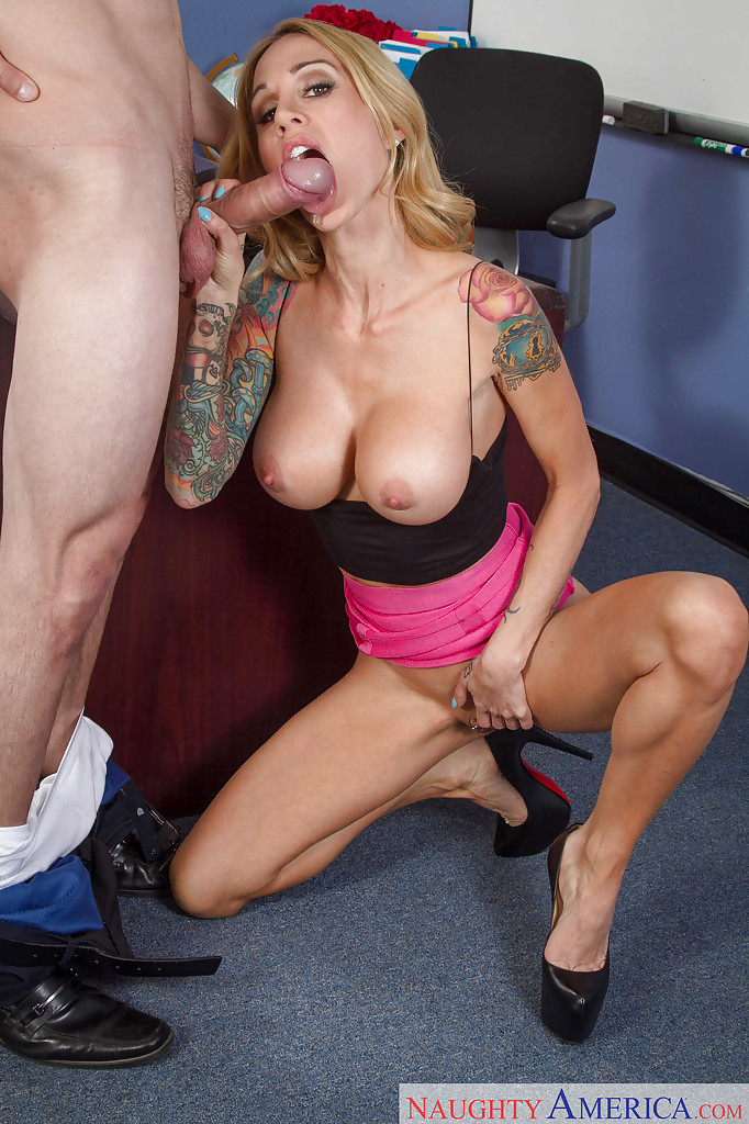Tattooed blonde in glasses Tara Holiday rubs clit during blowjob