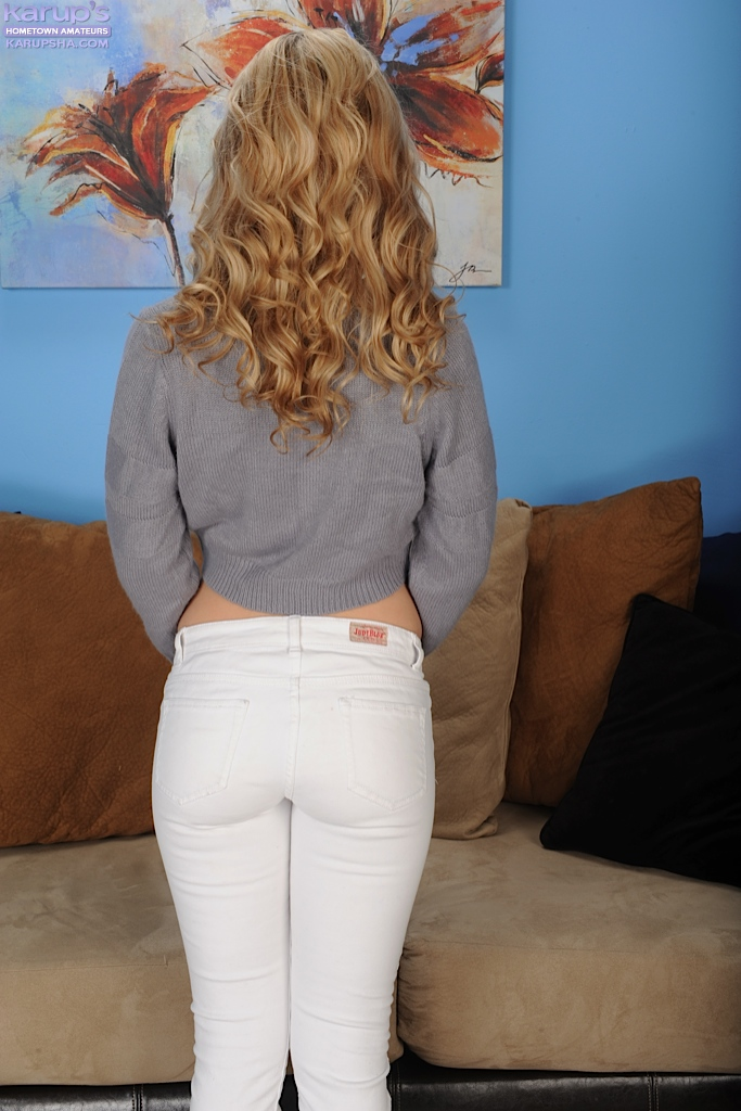 Amateur teen babe in jeans Goldie Locc becomes naked in a second
