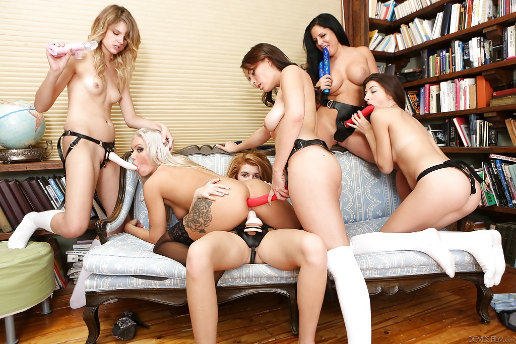 wet-group-lesbian-anal-strap-on-big-booty-russian