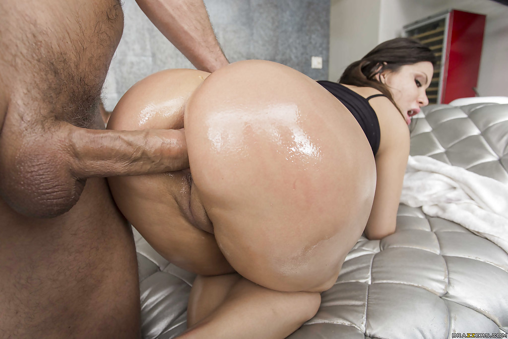 Toy massage loving babe sucks masseur