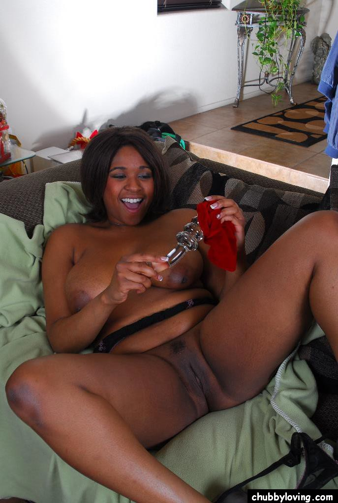 Mature ebony dildoing