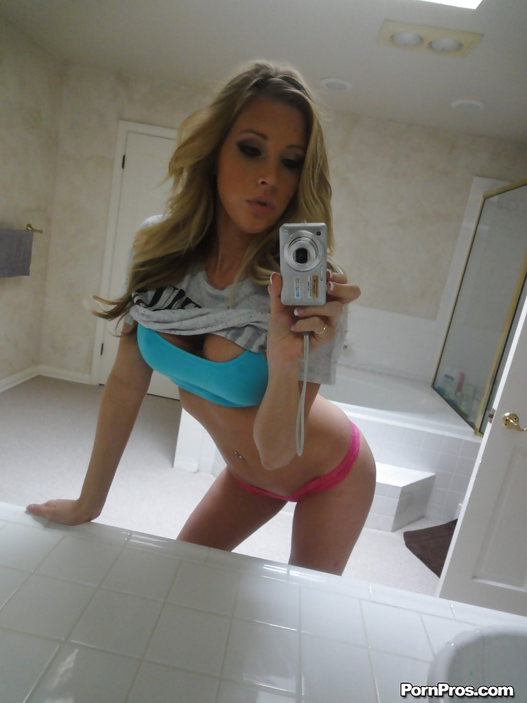 hot-naked-blond-girl-selfie