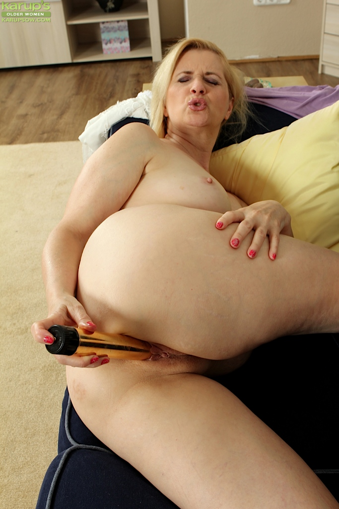image Hairy milf uses her magic bullet