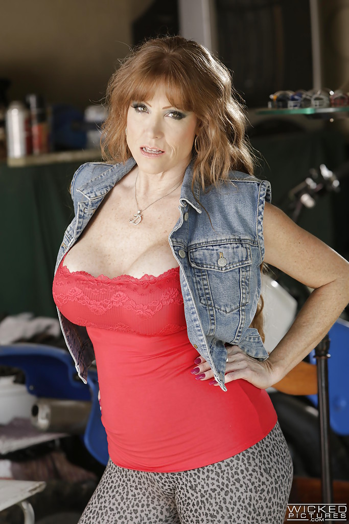 mature pornstar darla crane gets nude and flaunts huge older lady