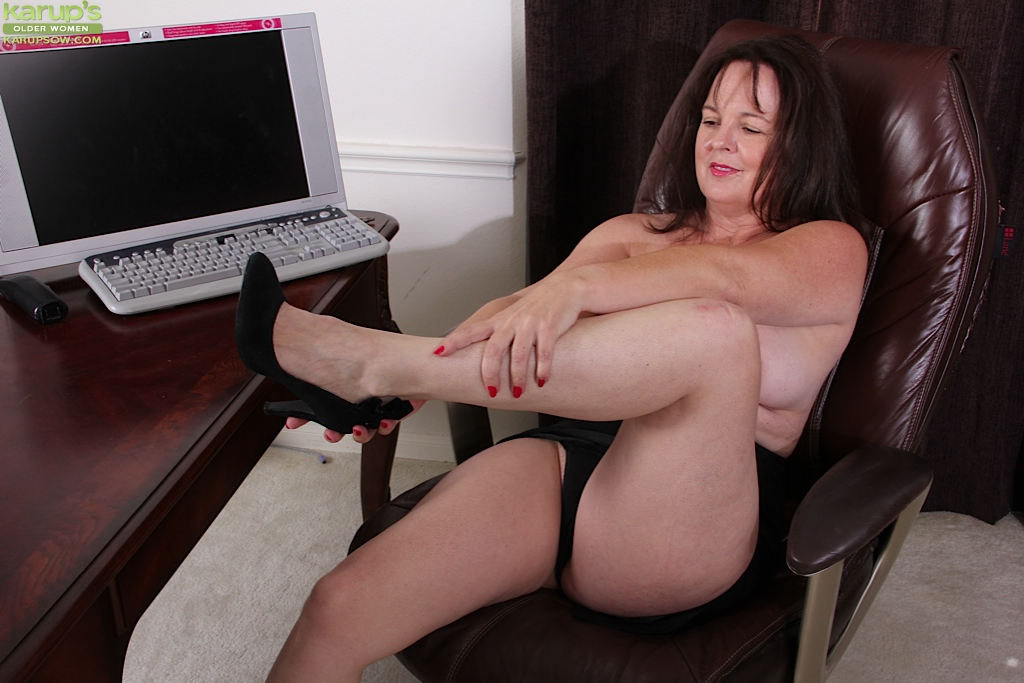 Mature mom spread legs