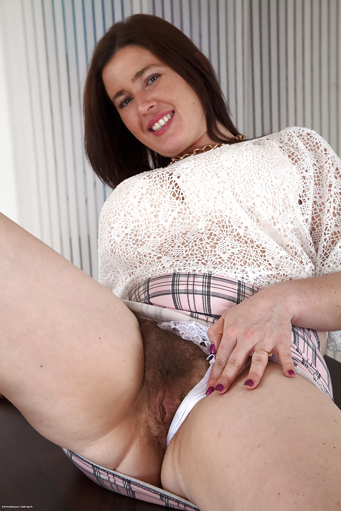 English Moms Spreading Pussy 114