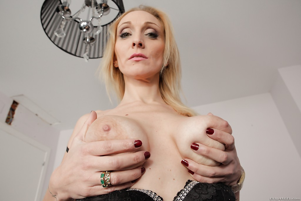 Nice Pale blonde milf naked for