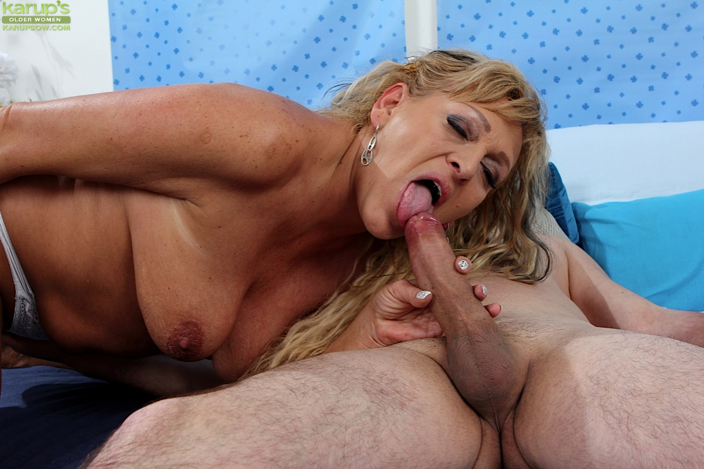Older women sucking milf cock