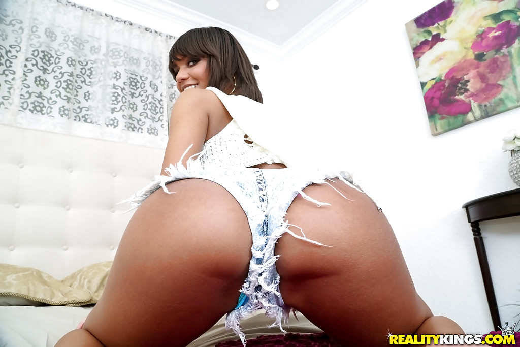 Reality kings latina babe shows off her booty
