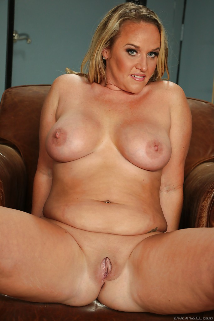 Chubby mom Dee Siren whips out the biggest sex toy ever seen - PornPics.com