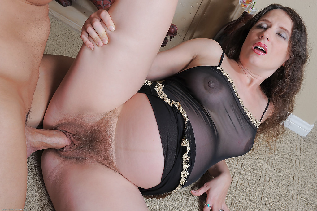Mature whore gets creampie