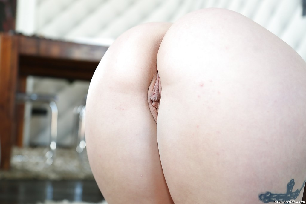 Amazing brunette slut Jenny Glam showing off her booty and spreading