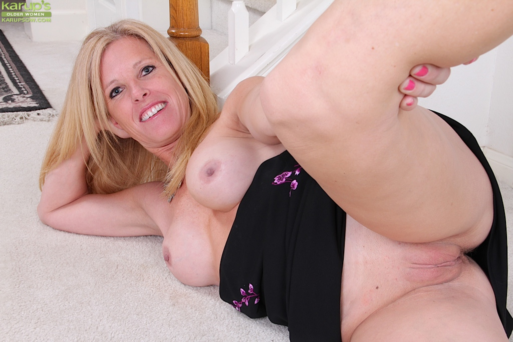 Older ladies showing pussy