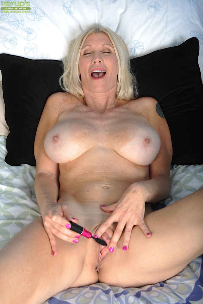 Milf squirts in pants