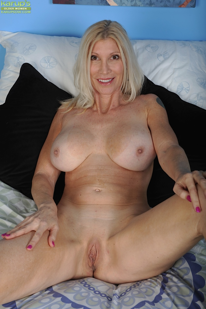 naked-blond-mature-woman