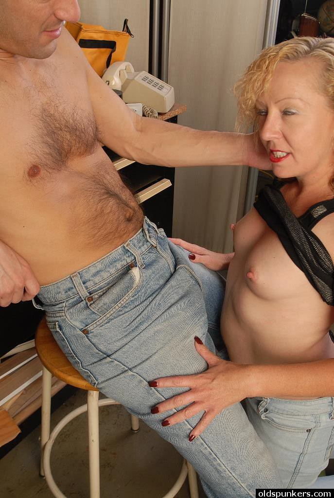 Heidi Mature Facial Porn - Older blonde lady Heidi giving blowjob and taking cum facial in kitchen ...