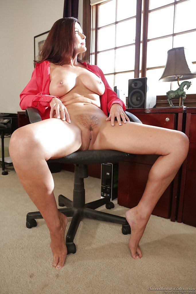 Old wife nude in office