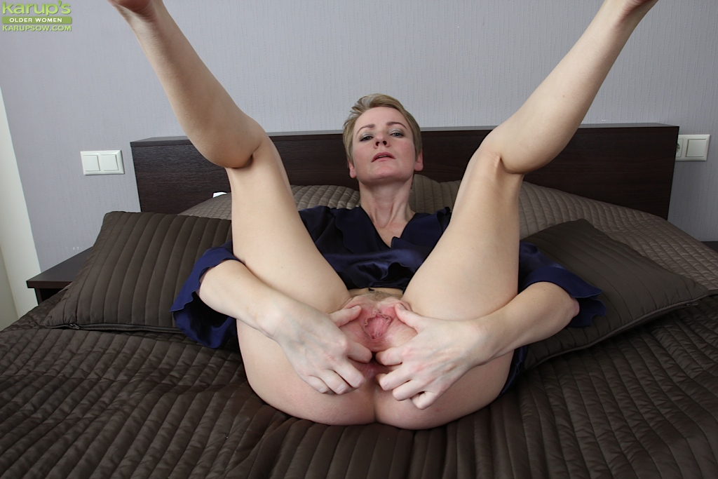 Older milf masturbating