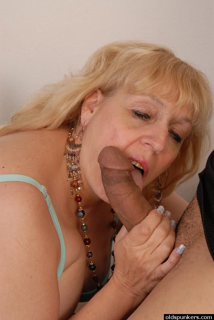 Mature blonde deepthroating